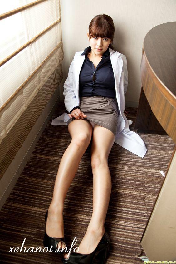 Megu Fujiura trong trang phục công sở sexy
