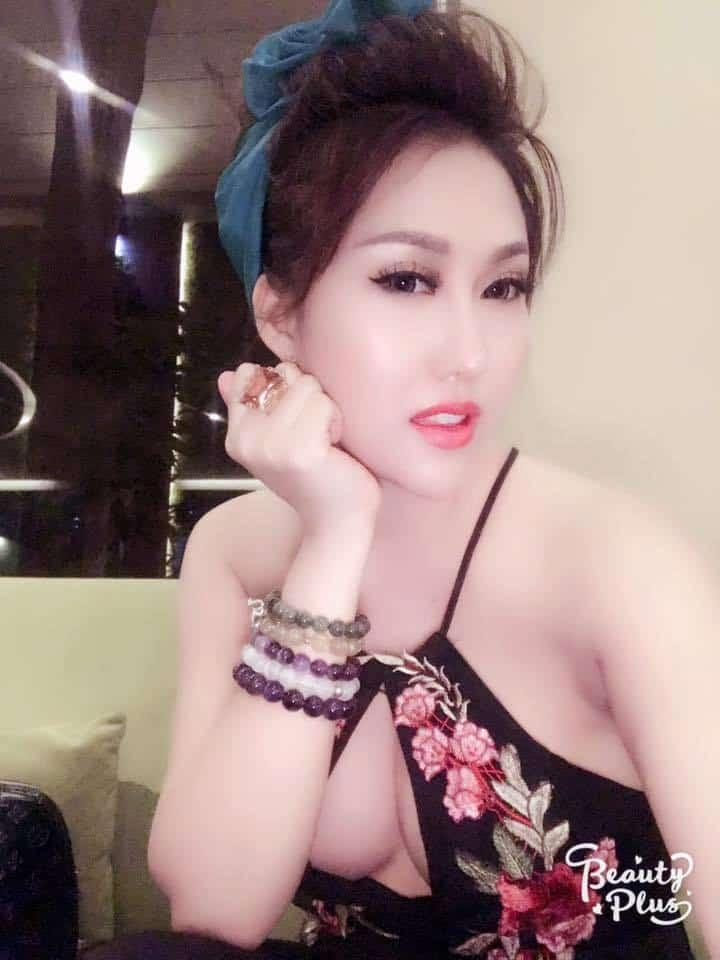 Phi Thanh Vân khoe ngực khủng