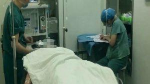 Các bác sĩ đang phục hồi sức khỏe